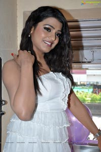 Tashu Kaushik at Naturals Family Salon Launch