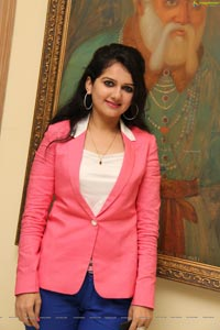 Cute and Beautiful Esha Hindocha Photos