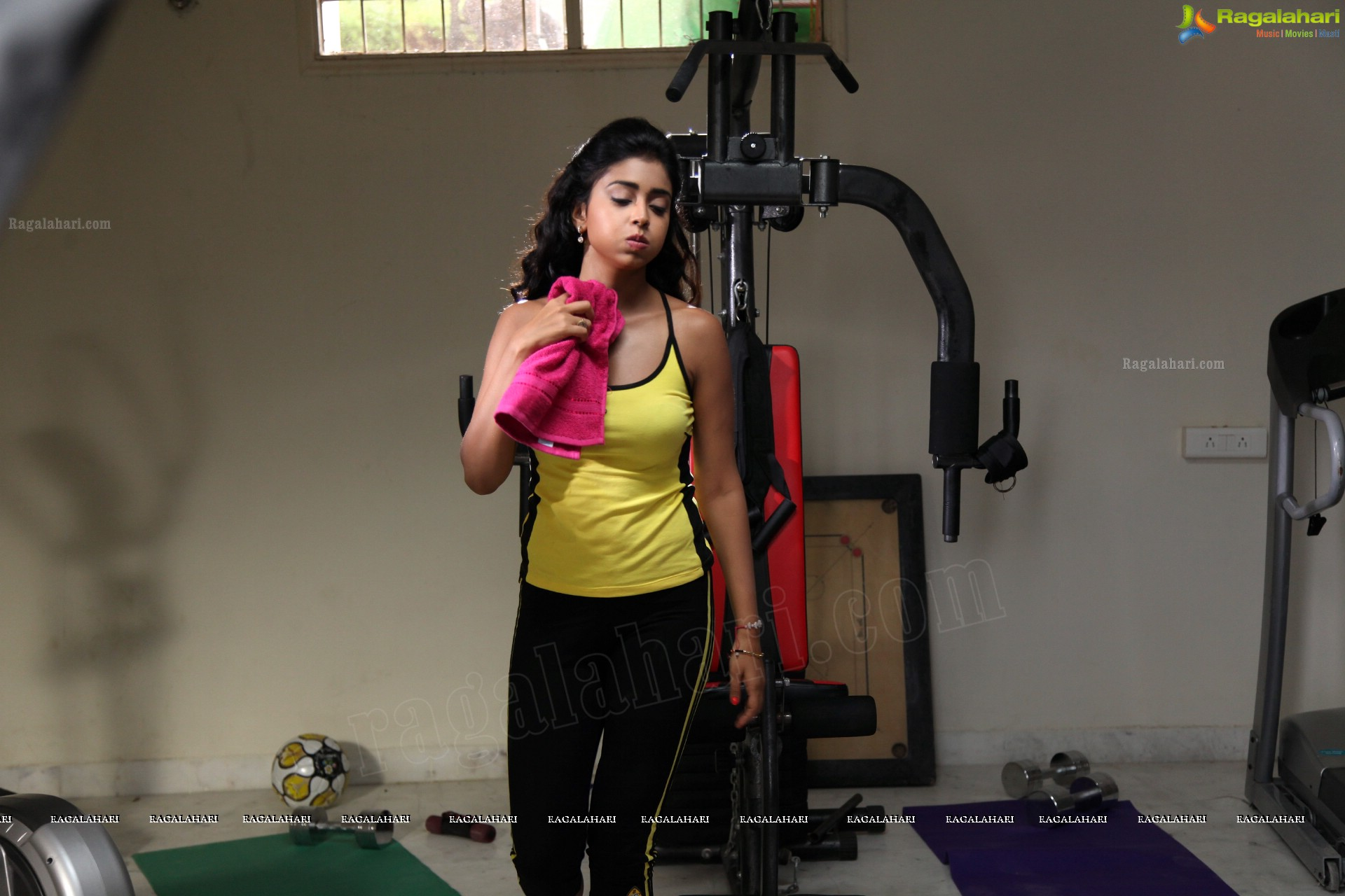 Shriya Saran Gym: THE ARMPITS OF SHRIYA SARAN IN ULTRA HD