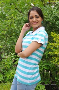 Photos of Ee Rozullo Reshma in T Shirt and Jeans